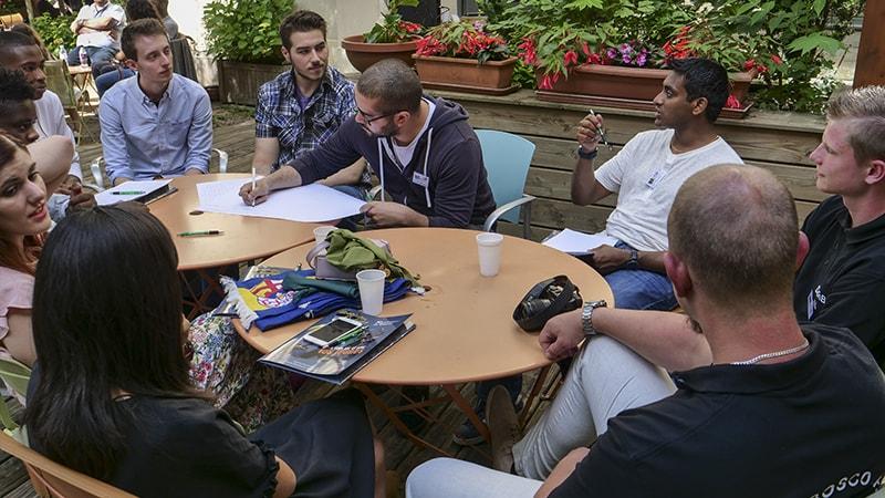 Par petites équipes, les festivaliers échangent sur leur expérience de tournage.