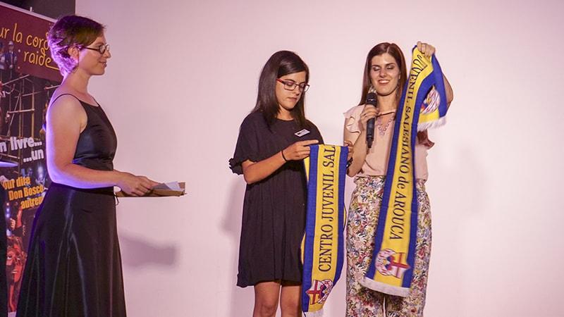 Les deux jeunes portugaises présentent leur réalisation et nous font cadeau d'une belle écharpe.