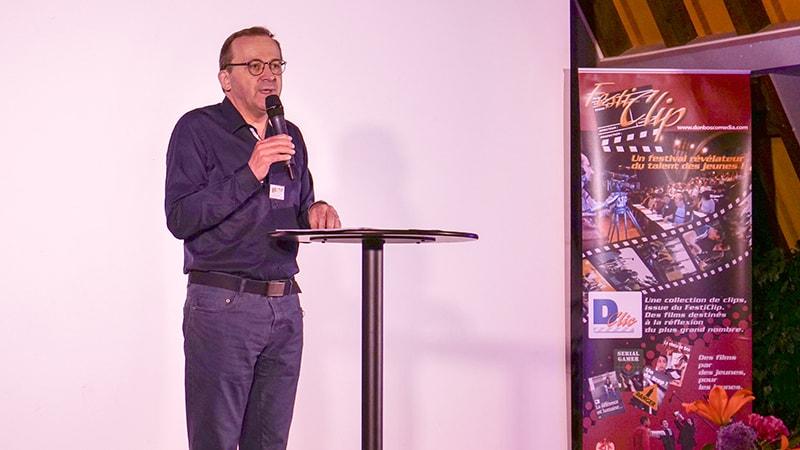 Le Père Jean-Noël Charmoille, président du Jury, commente chaque film avant d'annoncer les films primés.