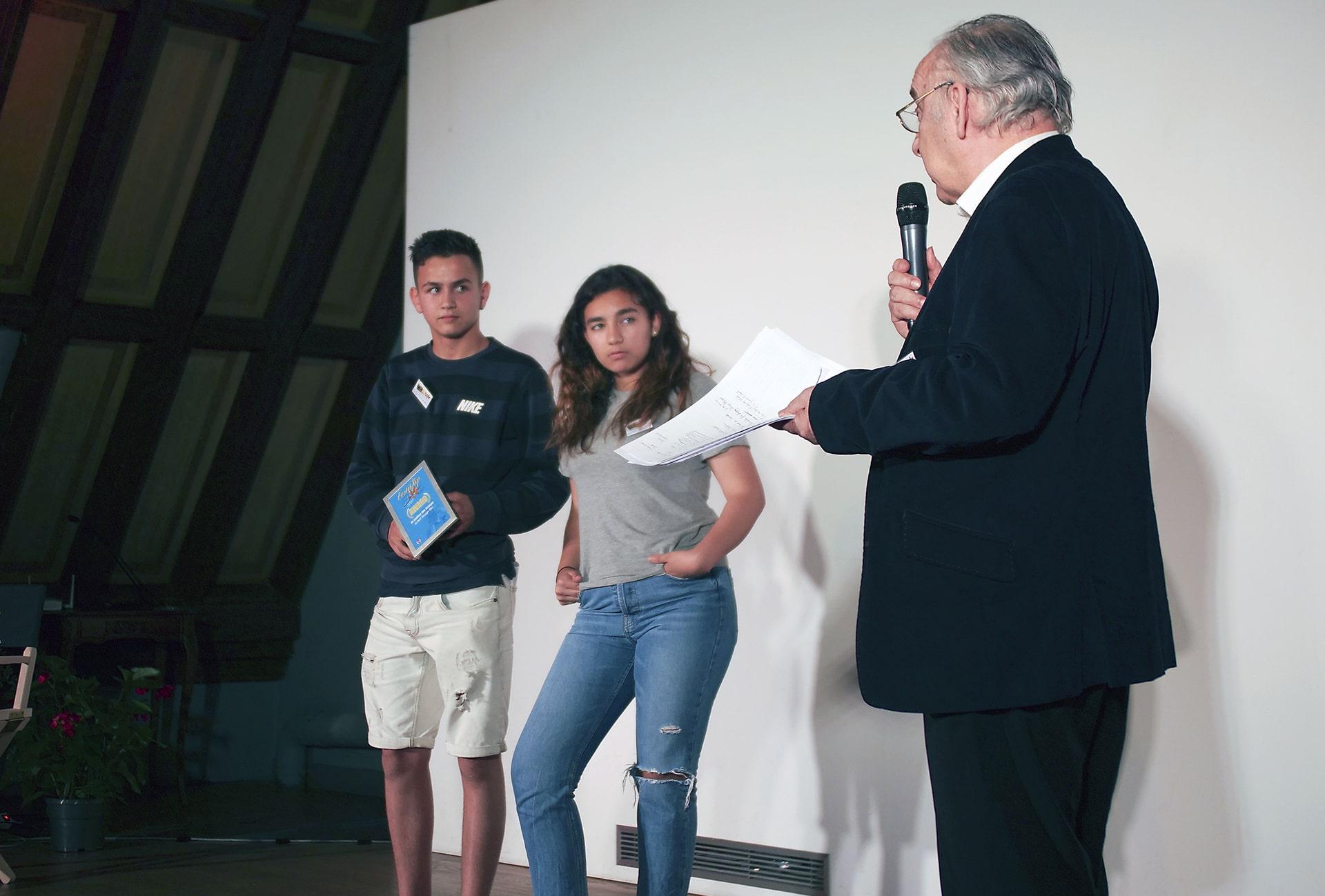 Les jeunes de la fundacion Angel Tomas d'Espagne reçoivent le prix du meilleur film étranger.